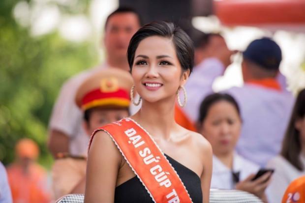 """Thay vì chọn cho mình một hình ảnh năng động với trang phục thể thao chẳng hạn thì hoa hậu H'Hen Niê lại mặc một """"bộ cánh"""" với thiết kế trễ vai gợi cảm."""