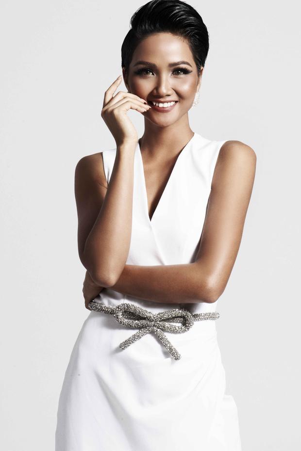 Làn da nâu đặc trưng luôn nổi bật trong những trang phục màu trắng như thế này.