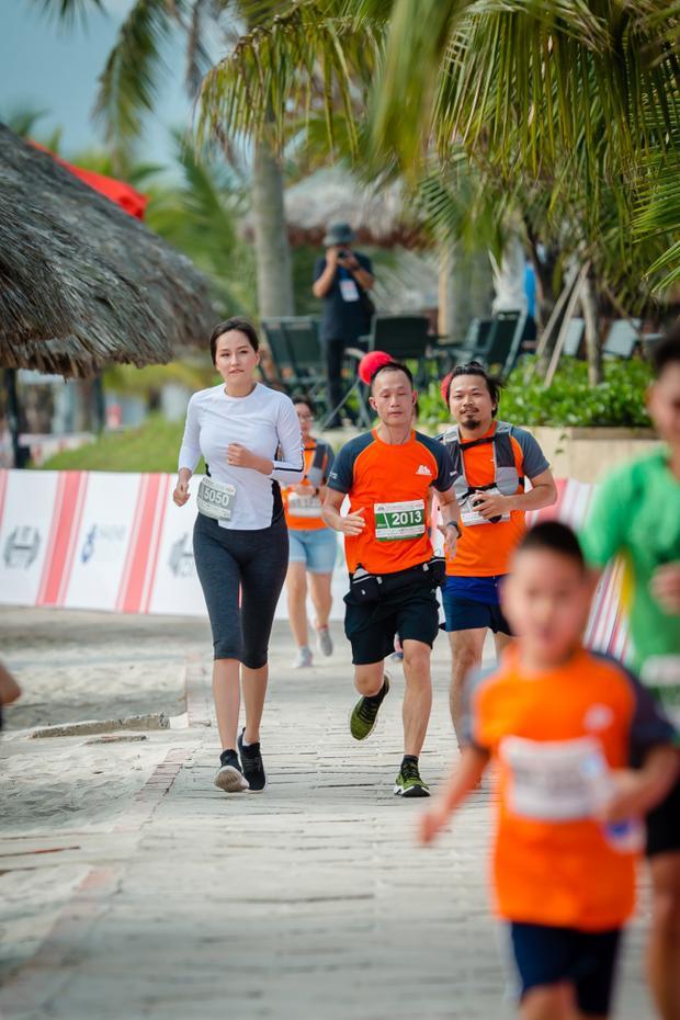 Người đẹp hào hứng tham gia chạy bộ cùng các vận động viên.