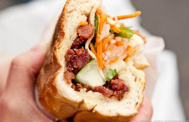 """Bánh mì phố Huế - món ăn được một phóng viên BBC ca ngợi là """"Bánh mì Việt Nam ngon nhất quả đất""""."""