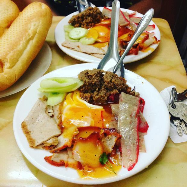 Bánh mì Đình Ngang với đặc trưng ăn kèm với món phụ.