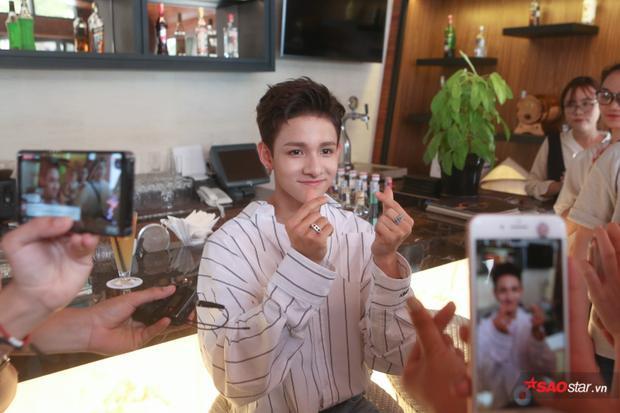 """Kim Samuel hào hứng """"thả tim"""" cho fan Việt trong buổi trò chuyện sáng nay."""