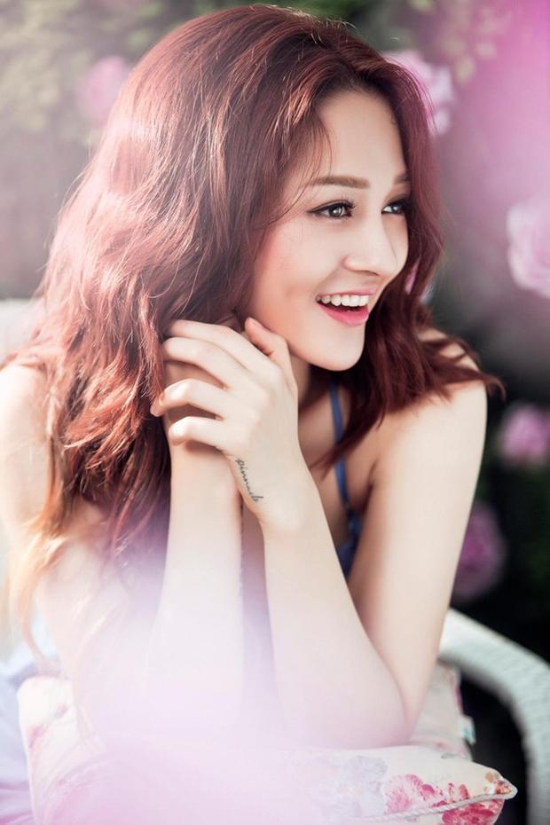 Trong nhiều bức ảnh, cô nàng xinh đẹp ngọt ngào như công chúa.