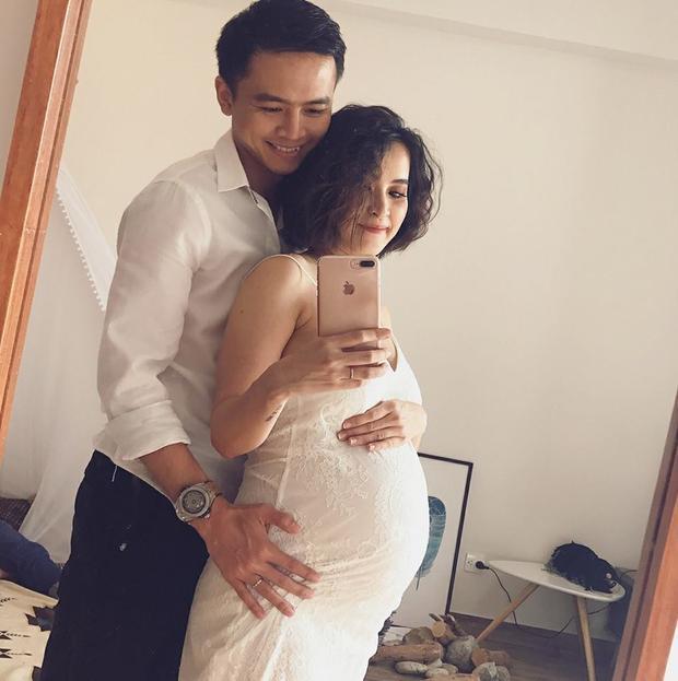 Văn Anh hạnh phúc thông báo bà xã Tú Vi đã sinh con đầu lòng vào chiều nay 2/4