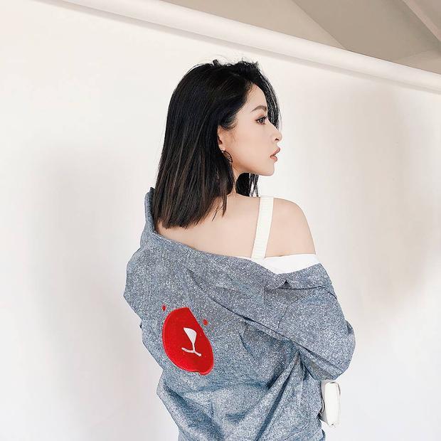 Dù chụp ở góc nào cũng có thể thấy, Chi Pu thực sự nữ tính và quyến rũ.