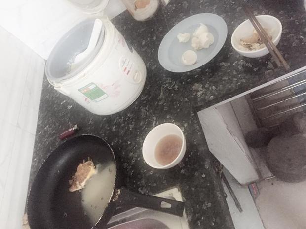 Tên trộm rán trứng và ăn cơm ngay tại căn bếp gia chủ.