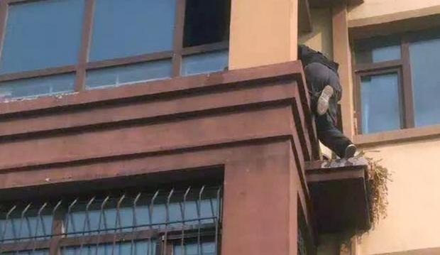 Anh Li leo từ ban công bên ngoài lên tầng 3 mà không hề có thang hay đồ bảo hộ nào. Ảnh SCMP