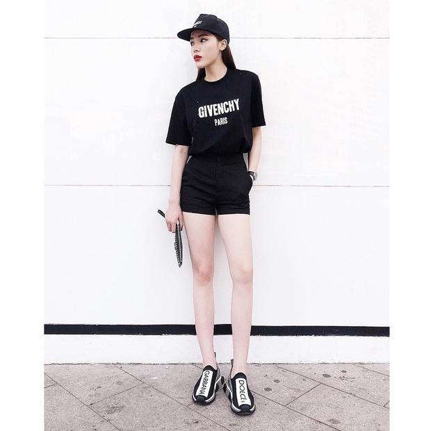 """Cả set đồ allblack là lựa chọn của Kỳ Duyên khi xuống phố. Hoa hậu Việt Nam 2014 sử dụng giày sneaker Dolce & Gabbana nhấn nhá, làm """"bừng sáng"""" cả outfit."""