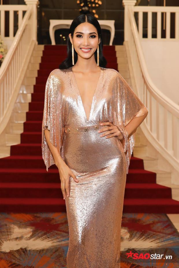 Hoàng Thuỳ xinh đẹp trong buổi gặp gỡ khách mòi và truyền thông để thông báo những kế hoạch trong năm 2018 của Top 3 Hoa hậu Hoàn vũ Việt Nam 2017.