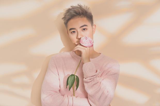 """Quen thuộc với mái tóc hồng và hình ảnh vui vẻ trong sáng, phong cách sôi động, Thanh Duy bỗng chốc """"so deep"""" trong single về người cũ."""