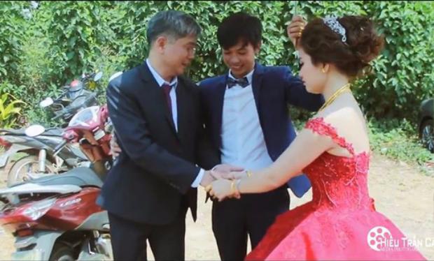 Bố bồi hồi xúc động tiễn con gái đi lấy chồng.