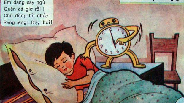 """Bài học """"Đi học đúng giờ"""": """"Em đang say ngủ/ Quên cả giờ rồi/ Chú đồng hồ nhắc/ Reng reng dậy thôi"""""""