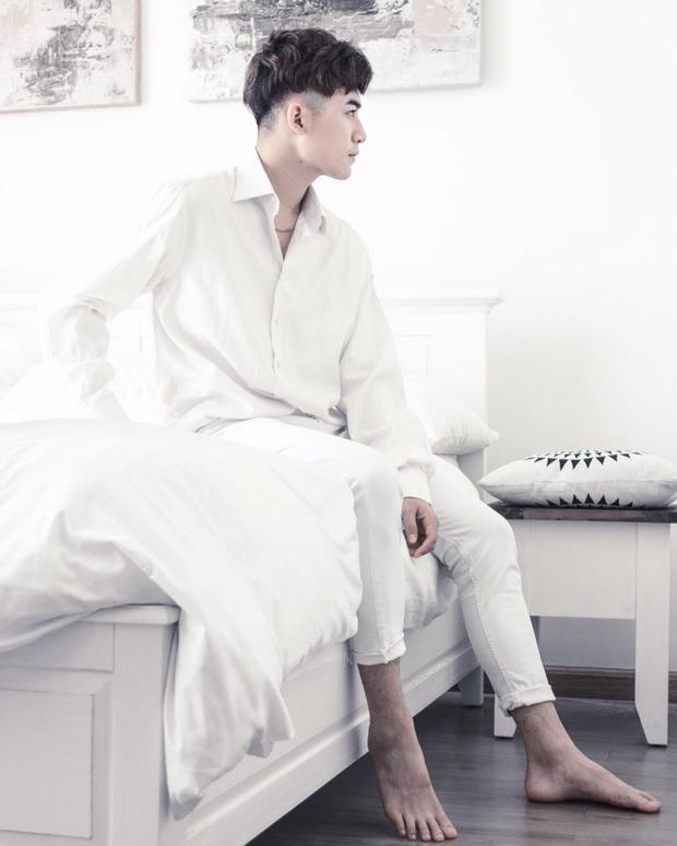 """Hình ảnh """"soái ca"""" sơ mi trắng trích từ MV mới của anh chàng."""