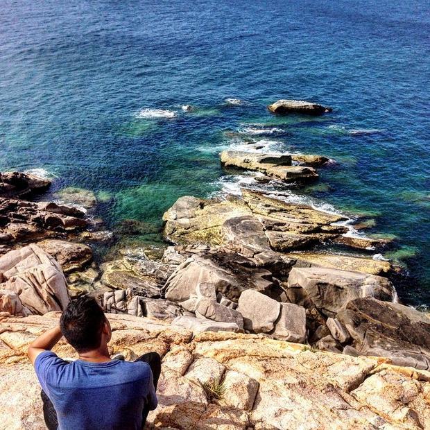 Bình Hưng với nước biển trong xanh và những ghềnh đá tuyệt vời. Ảnh: @lephuoc_906