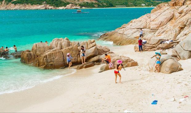 Biển xanh - cát trắng - nắng vàng của Bình Hưng.