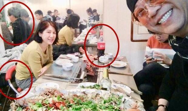 Bức hình Âu Dương Chấn Hoa chụp lại bữa ăn ban tổ chức sự kiện chuẩn bị cho anh