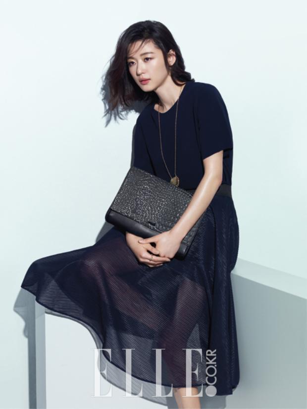 Jun Ji Hyun sinh năm 1981, không kém cạnh đồng nghiệp, nữ minh tinh chân dài may mắn sở hữu chiều cao 1.73m và từng là người mẫu cho tạp chí Ecole Magazine vào năm 1997.