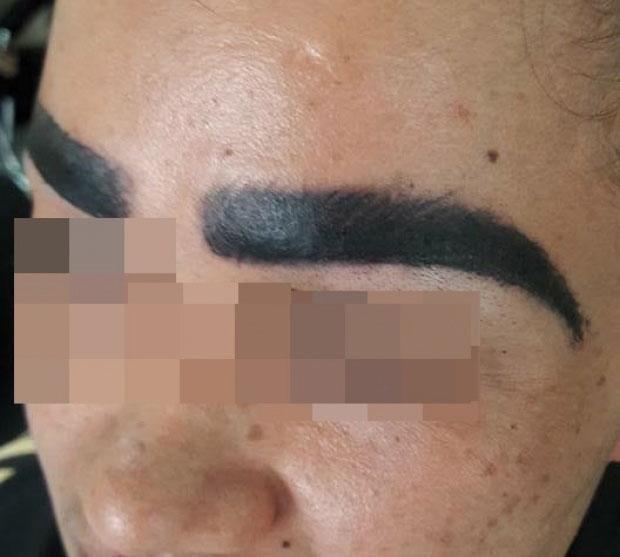 Đi xăm lông mày gặp ngay thợ cận, người phụ nữ được xăm hẳn 4 hàng