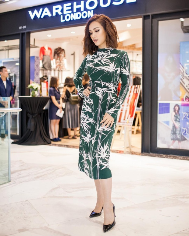 Chiếc váy xanh ôm sát tuy giúp Ái Phương khoe trọn vóc dáng hình thể nhưng kiểu áo dài tay, độ dài đầm qua gối khi đi cùng mái tóc xoăn lại khiến nữ ca sĩ bị cộng thêm vài tuổi.