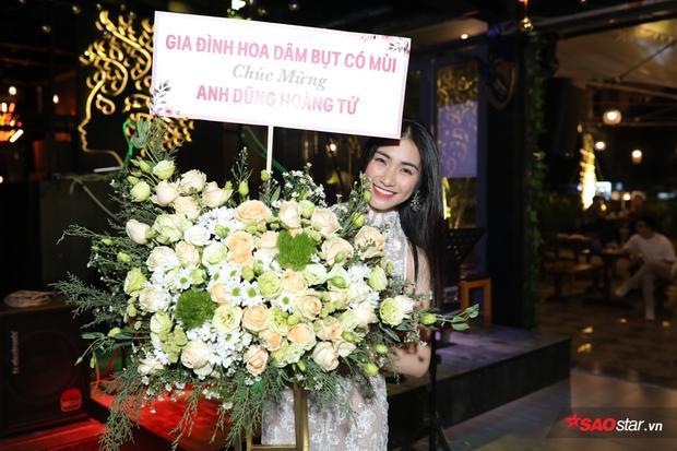 Nữ ca sĩ rạng rỡ với lẵng hoa to trên tay.