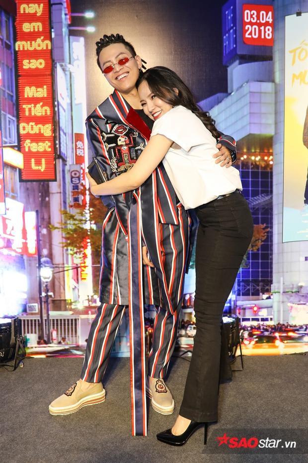 Lý Phương Châu tạo dáng nhắng nhít cùng nam ca sĩ.