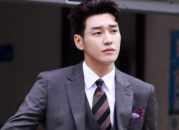 Mỹ nam chân dài Kim Young Kwang.