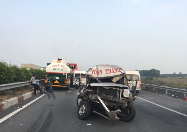 Hiện trường vụ tai nạn các xe đều hư hỏng nặng.