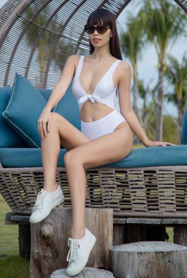 Bộ bikini trắng với đường cắt xẻ táo bạo khoe trọn đường cong nuột nà của siêu mẫu.