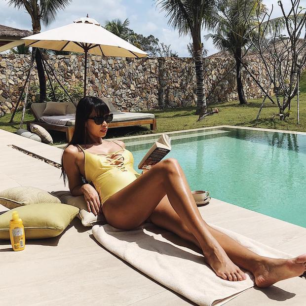 Hà Anh thường xuyên chia sẻ hình ảnh cô mặc bikini cực gợi cảm, mặc kệ bụng bầu đã vượt mặt.