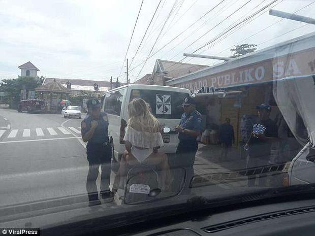 Cặp đôi bị cảnh sát chấn chỉnh ngay tại chỗ. Ảnh ViralPress