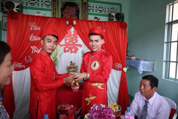 Hai chàng trai rạng rỡ trong ngày cưới của mình.