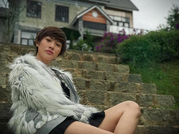 Hiện tại, Nhi đang theo một dự án phim với ngoại hình khá cá tính với kiểu tóc tomboy. Dù trong phong cách nào, Yaya Trương Nhi vẫn toát lên vẻ quyến rũ và xinh đẹp thần thái.