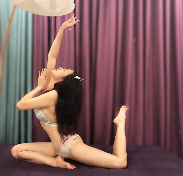 """Nhi thường xuyên đăng tải các tư thế yoga khá điêu luyện trong những trang phục gợi cảm, khoe trọn những đường cong quyến rũ """"chết người""""."""