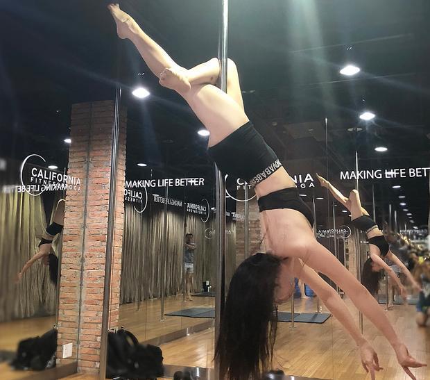 Pole dance (múa cột) là bài tập vừa giúp cơ thể dẻo dai vừa tiêu hao khá nhiều năng lượng.