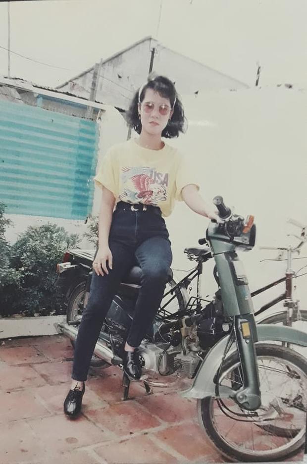 Jeans cạp cao, nịt đen basic, giày oxford, t-shirt, kính tròn và khăn turban.