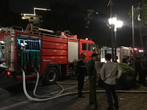 Lực lượng cảnh sát PCCC có mặt tại hiện trường dập lửa.