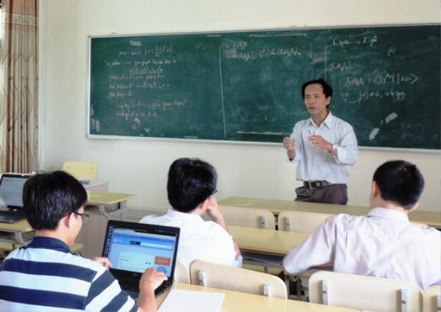 """PGS.TS. Nguyễn Sum thảo luận với các giảng viên trẻ của khoa Toán về bài toán """"hit"""". Ảnh: Báo Bình Định"""