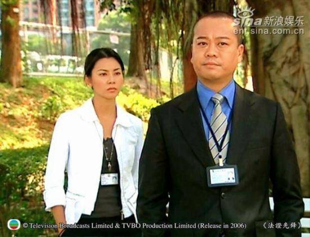 """Bobby thủ vai nhân viên pháp chứng cao cấp Cao Ngạn Bác trong """"Bằng chứng thép 1 & 2"""". Nghe tên cũng biết đây là nhân vật """"học cao hiểu rộng"""" rồi!"""