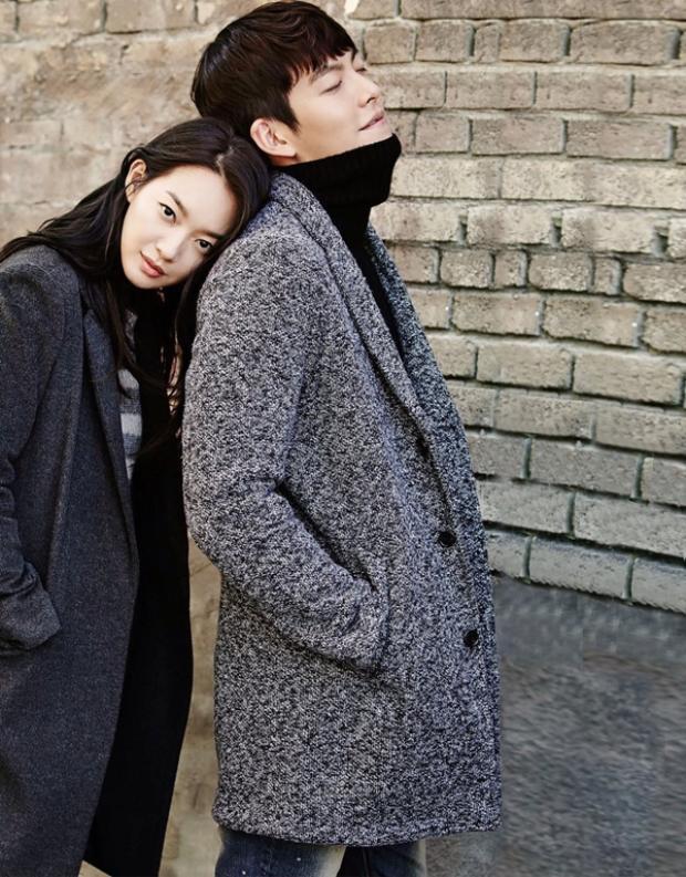 Shin Min Ah có một mối tình đẹp với tài tử kém mình 5 tuổi Kim Woo Bin. Năm vừa qua khi bạn trai phát hiện bị ung thư vòm họng, cô luôn ở bên cạnh để chăm sóc và động viên anh.