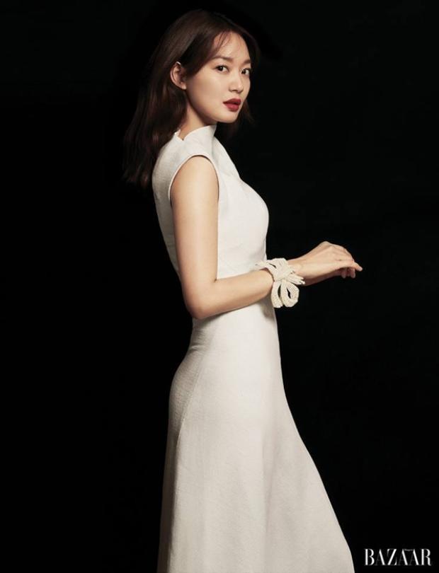 Shin Min Ah là một ngôi sao nhân ái.Trong suốt 10 năm qua, cô đã quyên góp 14 tỷ won cho quỹ từ thiện Trái tim tình yêuđể giúp đỡ trẻ mồ côi và người già neo đơn.