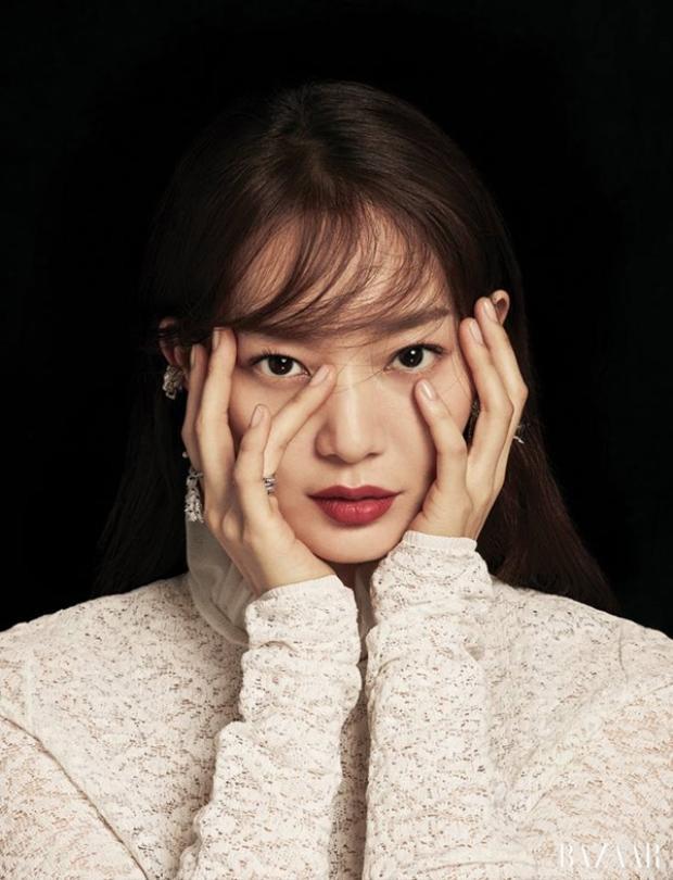 Ngoài diễn xuất, Shin Min Ah còn có tài năng trong khoản ca hát cũng như viết lách. Cô từng góp giọng trong nhiều bản nhạc phim và xuất bản sách về du lịch.