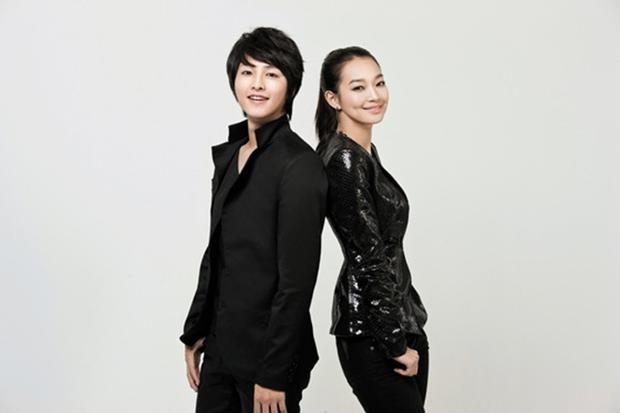 Người đẹp sinh năm 1984 là hình mẫu lý tưởng với nhiều đồng nghiệp nam, trong đó có cả Song Joong Ki. Trên chương trình Running Man 2012, bạn diễn Park Bo Young từng tiết lộ chàng đại úy điển trai của Hậu duệ Mặt trời thường dành nhiều lời có cánh cho Shin Min Ah.