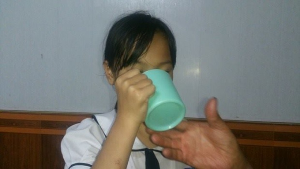 Nữ sinh bị cô giáo bắt uống giặt giẻ lau bảng. Ảnh VTC