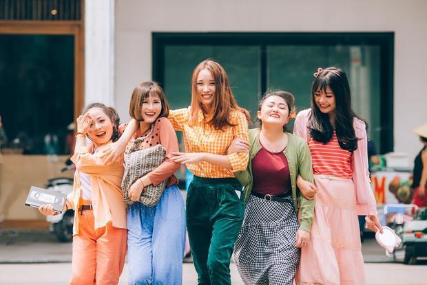 Đặc biệt, những bộ trang phục trên được cả nhóm tìm mua tại các cửa hàng second hand ở Hà Nội.