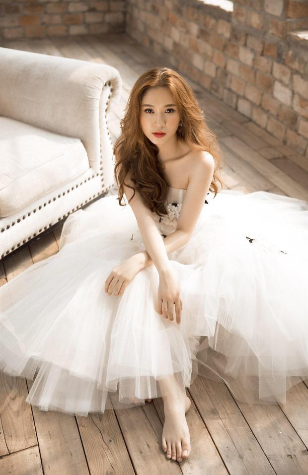 Hóa thân thành nhân vật mang tính cách cá tính, năng động, Quỳnh Hương vẫn nổi bật với ngoại hình vô cùng ngọt ngào, cuốn hút.