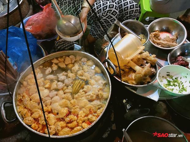 Đến Huế, muốn thưởng thức một món bún bò ngon không phải ở những nhà hàng sang trọng mà người ta thường tìm đến các gánh hàng rong trên phố. Tô bún nóng hổi, đầy ắp thức ăn và nồng nàn hương vị tinh tế của ẩm thực miền Trung đã khiến bao thực khách vương vấn khẩu vị.