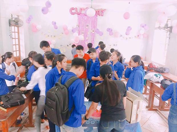 """Các bạn nam lớp 10A1 được các bạn nữ tổ chức buổi tiệc dành riêng cho """"Hội phụ nam""""."""