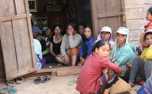 Nhiều người dân tập trung trước nhà cháu Đà.