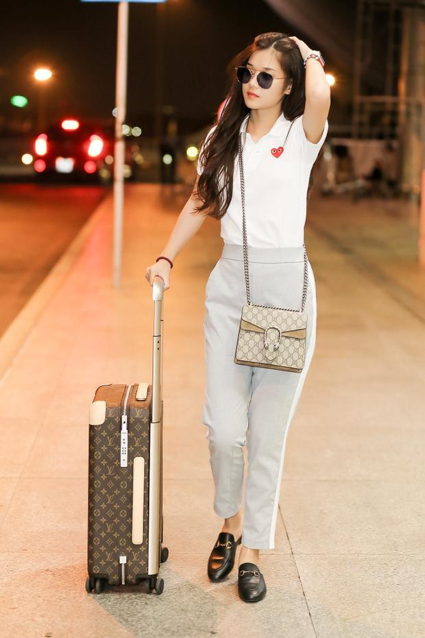 Hoàng Yến Chibi rạng rỡ tại sân bay lên đường sang Hàn Quốc cùng mẹ