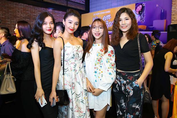 Dàn Táo quân cùng MC Phan Anh đón Mr. Đàm và đoàn phim Yêu em bất chấp ra Hà Nội